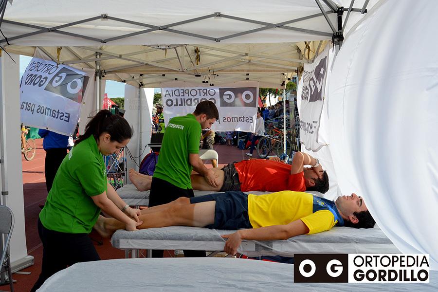 Los profesionales de Ortopedia Gordillo no faltan a su cita en el cuidado y atención de los ciclistas de la quinta edición de la 'Huelva Extrema'